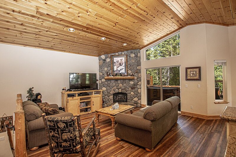 Lovely 3br, 2.5ba Dog-Friendly Home with Hot Tub on Tahoe's Beautiful West Shore, vacation rental in Tahoma