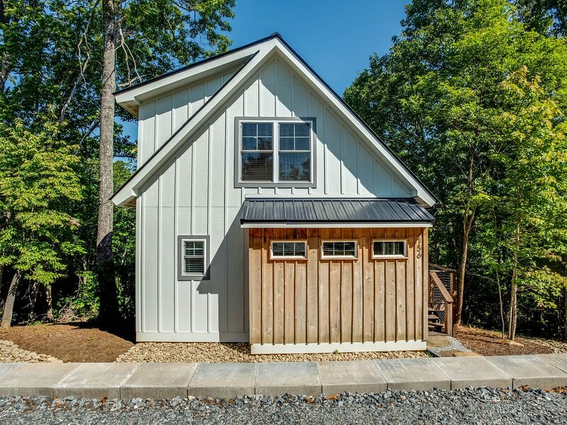New Custom Cottage 3.5m to Historic Downtown Hendersonville, holiday rental in Laurel Park