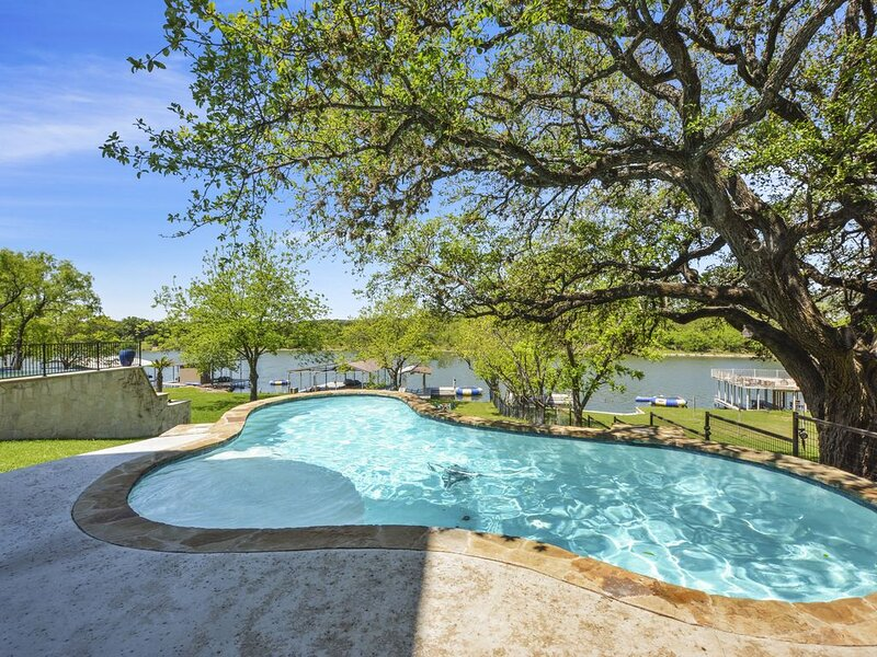New Listing!! Amazing Lake LBJ Lakefront House with Pool! Sleeps 17, holiday rental in Bluffton