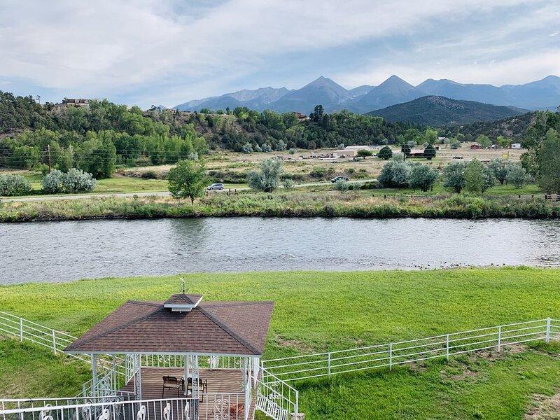 Prestige Mountain View with a relaxing  Waterfront River, aluguéis de temporada em Cotopaxi