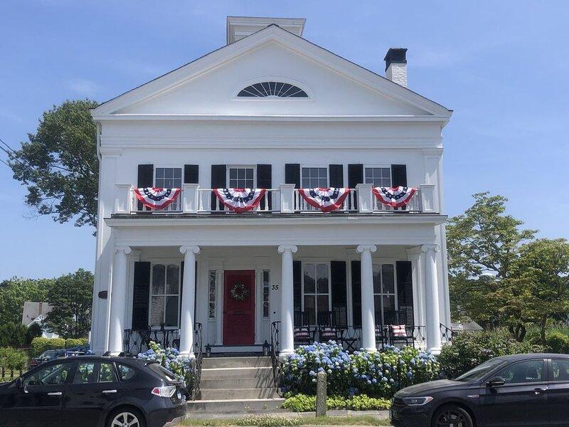 Historic home in downtown Mystic-1 block from green, river, shops & restaurants, alquiler vacacional en Groton