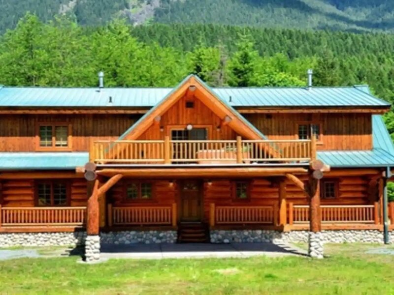 Stunning Log Home Near Mt. Rainier National Park and White Pass, holiday rental in Packwood
