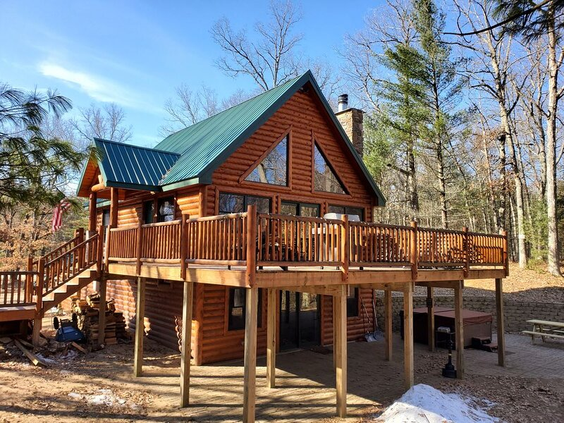 Beautiful Log Home with Eight Person Hot Tub on the Baldwin River., vacation rental in Irons