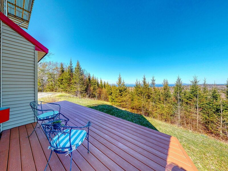 New listing! Cozy and unique abode on 200 acres with sweeping views, holiday rental in Searsmont