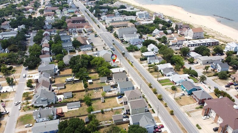 Across From Beach, Updated Cottage w/ Hot Tub!, alquiler vacacional en Norfolk