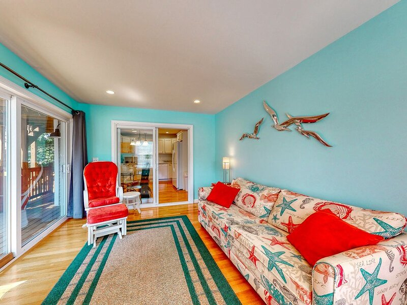 Cheerful condo w/ shared pool & great location one mile from Ogunquit Beach!, vacation rental in Wells