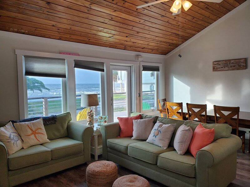 Beautiful Gulf Views! Steps from the beach! 3BR/2BA house, sleeps 8 - 10!, location de vacances à St. George Island