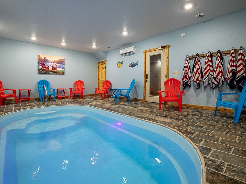 New! Private family cabin, Indoor Heated Pool, Theater, Great View & Location, alquiler de vacaciones en Gatlinburg