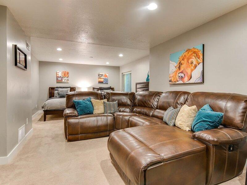 Modern Ski Home * Private Hot Tub * 4 Ski Resorts * Fireplace * Foosball, vacation rental in Cottonwood Heights