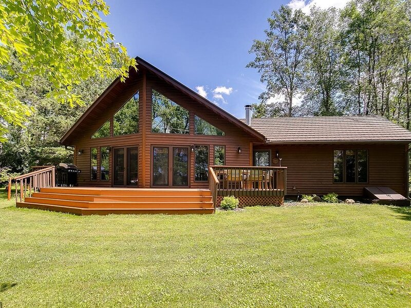 Stunning private retreat on large wooded lot on tranquil North bay of Bone Lake., vacation rental in Luck