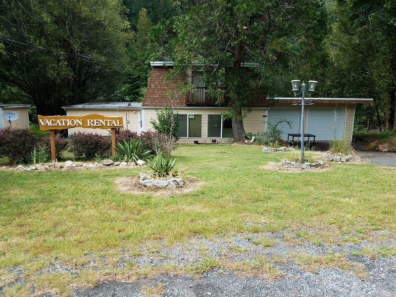Elk River Retreat on the river! Great for fishing or relaxing!, location de vacances à Port Orford