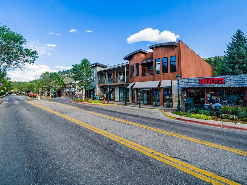 DOWNTOWN LUXELOFT ON MAIN STREET, WALK EVERYWHERE, holiday rental in Estes Park