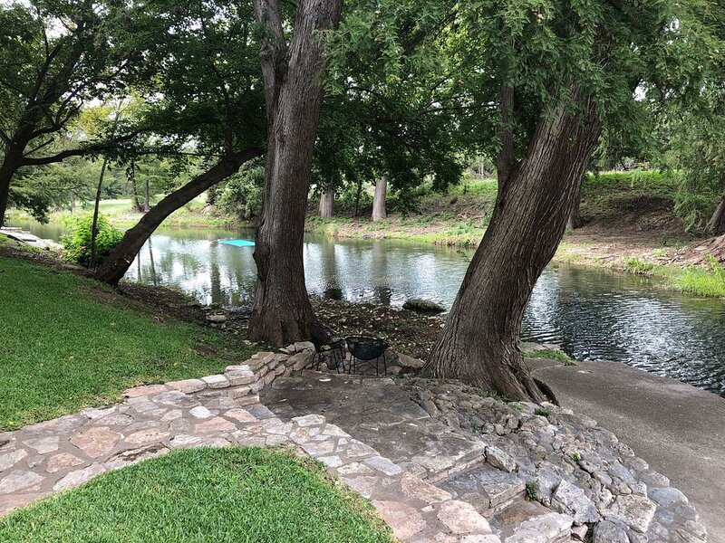 EXCLUSIVE TEXAS HILL COUNTRY HOME  ON THE GUADALUPE RIVER IN HUNT, holiday rental in Ingram