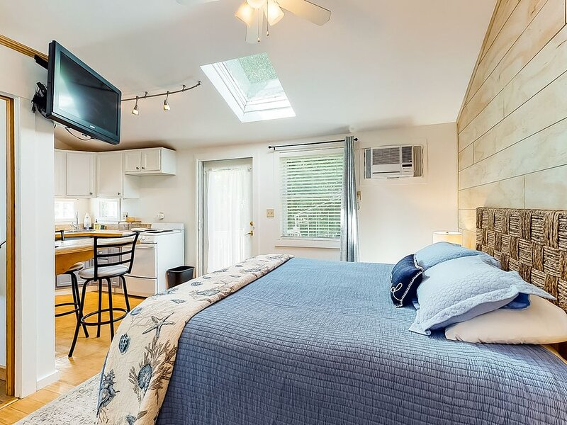 Studio cottage w/ community hot tub & pool - dogs welcome, close to beach & golf, holiday rental in Kennebunk
