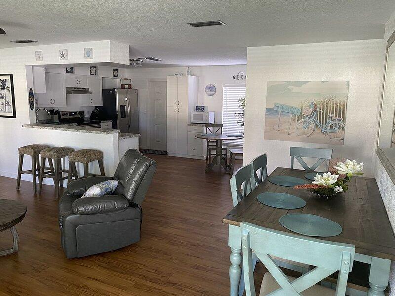 Super Cute Cocoa Beach House- Short Walk to Beach!, aluguéis de temporada em Cabo Canaveral