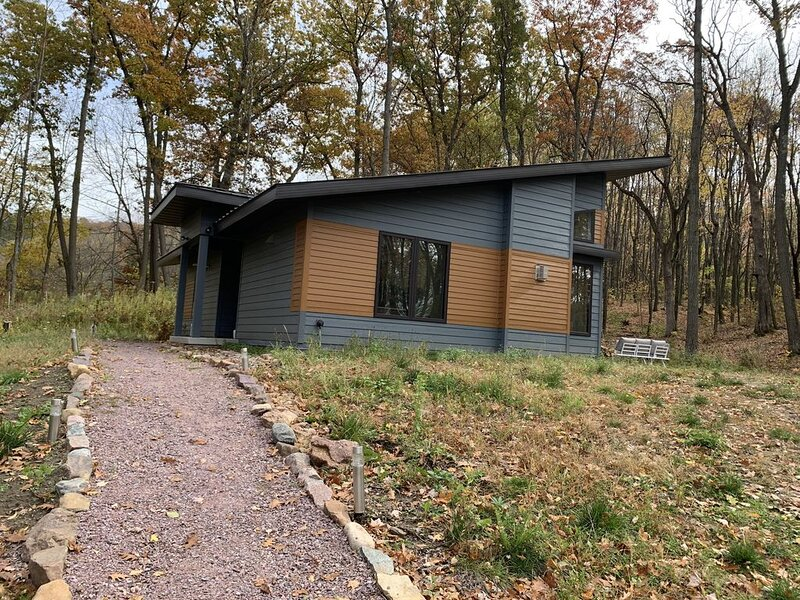 Beautiful new contemporary home on a quiet wooded lot minutes from Devils Lake, holiday rental in Merrimac