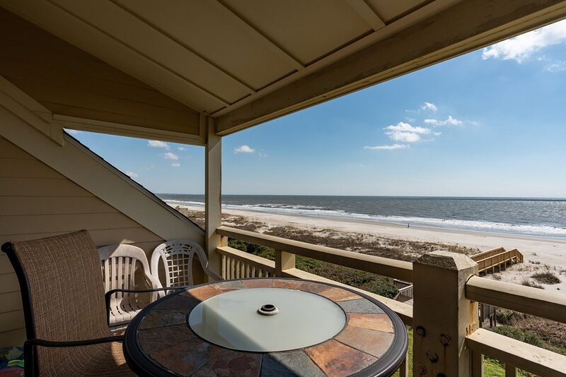 House at the Beach: 2 Bed/1 Bath Oceanfront Condo with Covered Porch and Communi, location de vacances à Caswell Beach