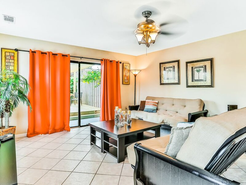 Conveniently-located townhome near shopping, dining, and the beach!, alquiler vacacional en Merritt Island