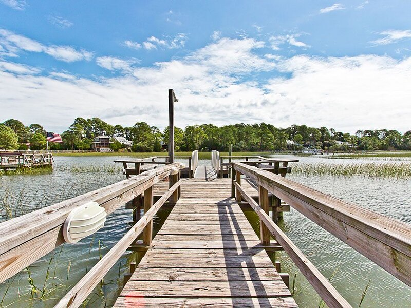 Marshfront Cottage with Private Dock, Beautiful Views, and Pet Friendly, location de vacances à Wilmington Island