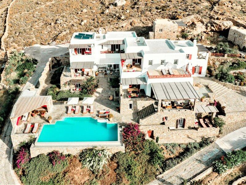 VILLA D'EXCEPTION 900 m2 DOMINANT LA PLAGE JOUISSANT D'UNE VUE FÉERIQUE, location de vacances à Mykonos