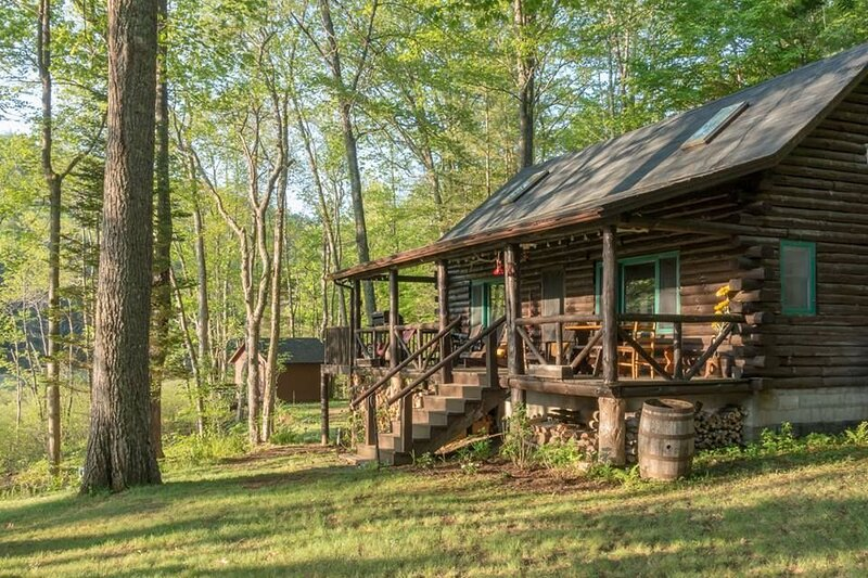 Log Cabin on 3 Acres of Private Lakefront, location de vacances à Lake Pleasant
