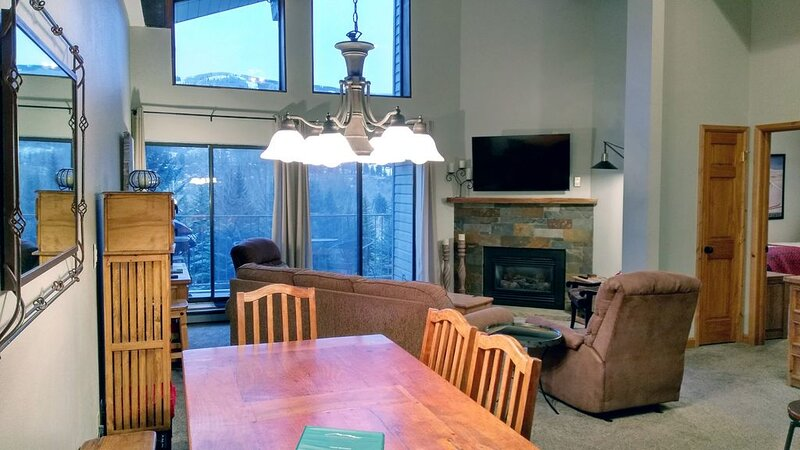 Remodeled Condo w/ FREE WiFi, Parking, Heated Pool, Hot Tubs, Skier Shuttle – semesterbostad i Avon