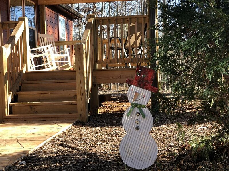 Quaint Luxurious Cabin, Pet Friendly, holiday rental in Candler