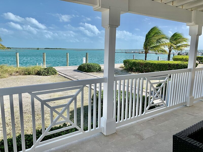 Private Bayfront Home on the Water with Dock on Property, alquiler de vacaciones en Bimini
