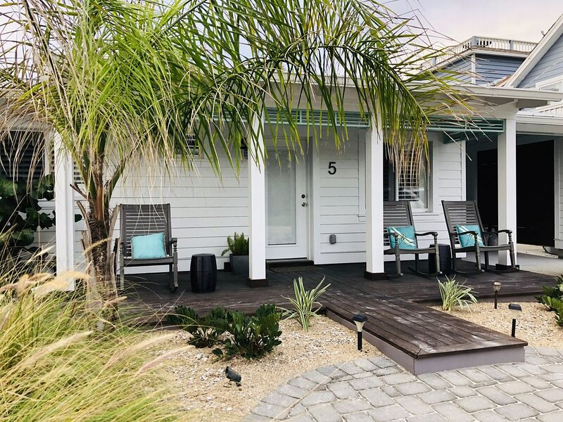New Renovated Beachside Boat House STEPS from the Ocean with a HEATED POOL, alquiler de vacaciones en Saint Augustine
