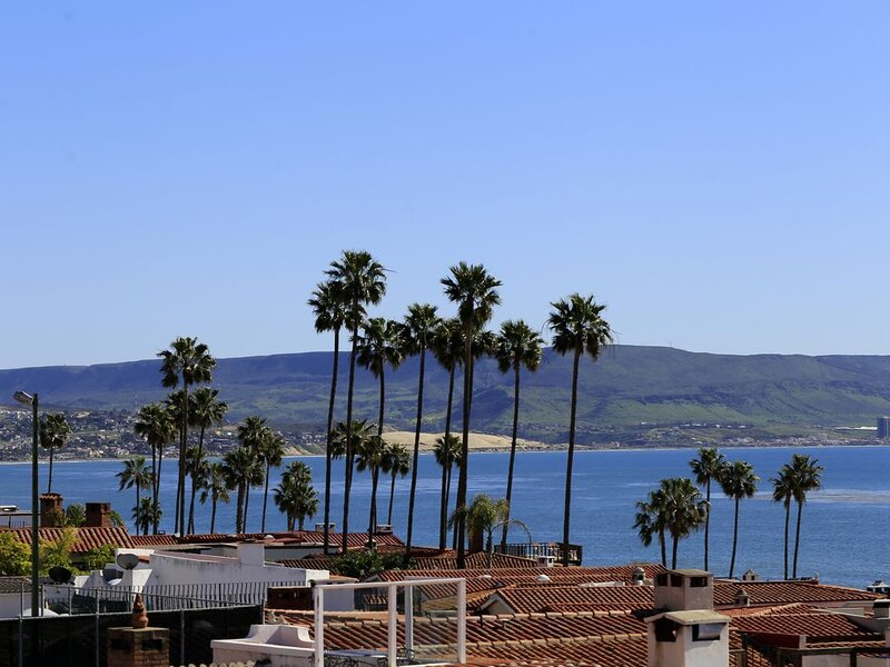 Huge 5 Bedroom 5 bath with awesome view of surf point, aluguéis de temporada em Baja California Norte
