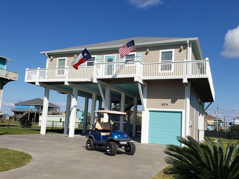 Life is better at the beach! Fenced yard, wrap around deck and Golf cart!, alquiler de vacaciones en Crystal Beach