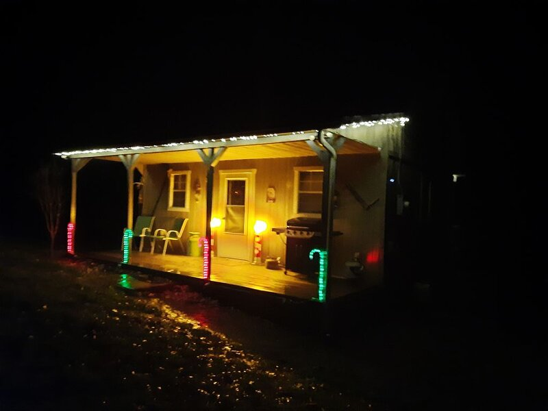 Cozy Christmas Cabin  retreat, holiday rental in Freeport