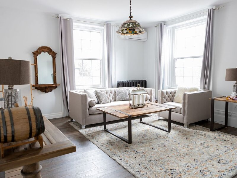 The Blair Room - Charming, Clean Brand New Cosy APT Burlington Core, holiday rental in Dundas