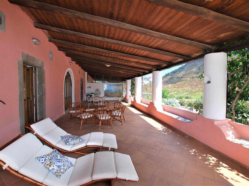 Casa I 10 Pulera - Ampia villetta con fresco terrazzo a Valdichiesa, casa vacanza a Filicudi