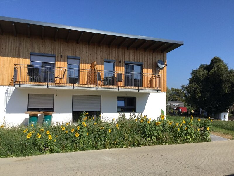 Hochwertig und modern möbliertes 55qm großes Feriendomizil mit Balkon, casa vacanza a Jettingen Scheppach