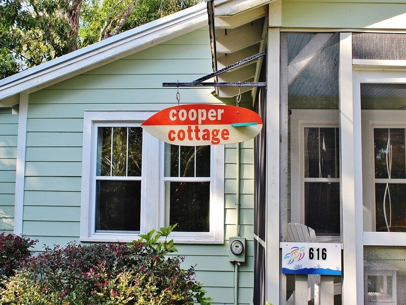 Cooper Cottage ~ Another one of Folly's Best! Classic 2 BR Cottage, location de vacances à Folly Beach
