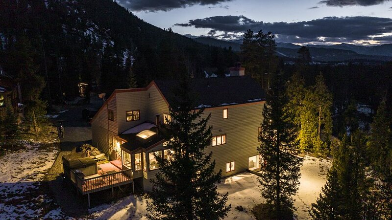 Location! Ski shuttle! Pets! Wifi! Trails! Hot Tub! Newly Furnished! 360Views!, alquiler vacacional en Keystone