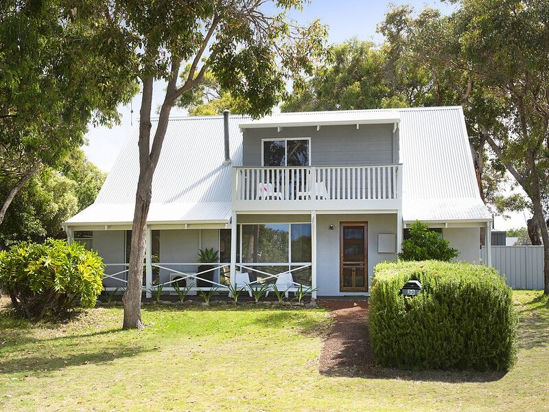 Amazing LOCATION  2 minute walk to beach and town centre, vacation rental in Busselton