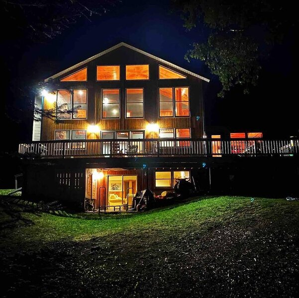 Huge Lakefront Cabin | Sleeps 12| King Bed| Dock| Ski Saddleback| Snowmobile|, aluguéis de temporada em Rangeley
