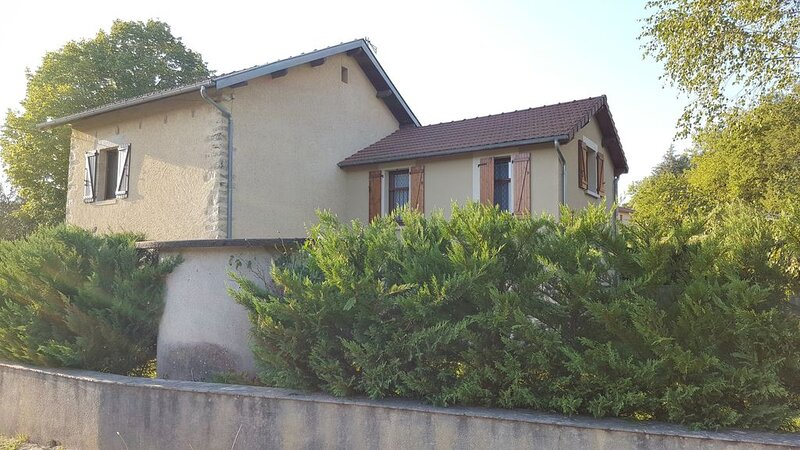 Charmante maison située au coeur de la Vallée du Lot, holiday rental in Grand-Vabre