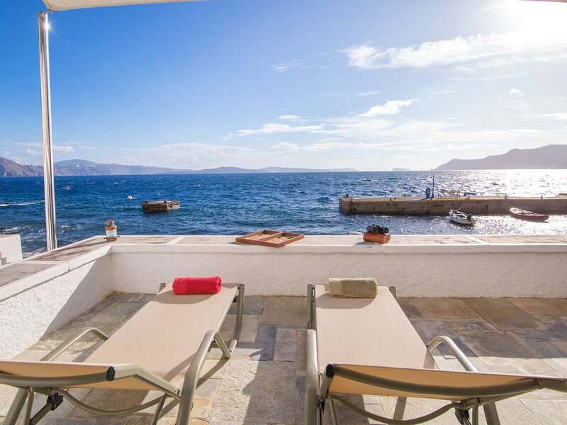 Armeni Seaside Villa - with private boat service!, aluguéis de temporada em Oiã