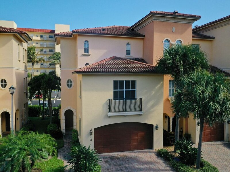OCEANSIDE TOWNHOME ON HUTCHINSON ISLAND. GATED, POOL, SPA, GYM, BEACH ACCESS, holiday rental in Hutchinson Beach
