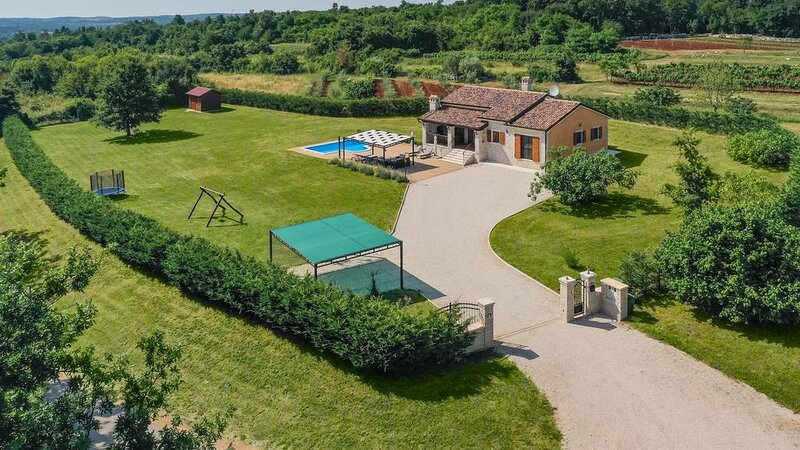 Charming family villa in a serene natural setting, holiday rental in Lovrin