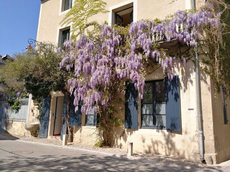 Demeure de charme, piscine intérieure, grande terrasse en plein coeur historique, casa vacanza a Pernes-les-Fontaines