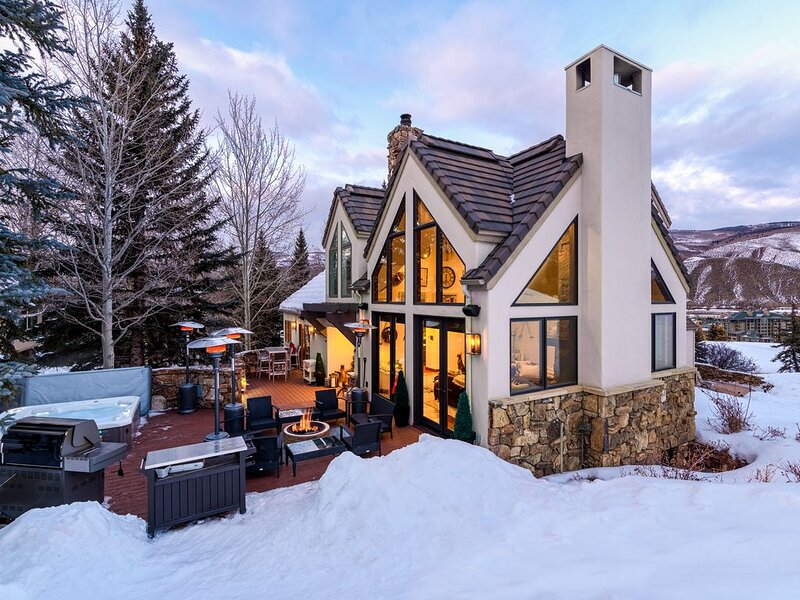 Newly renovated home in Beaver Creek, ski in, private hot tub, immaculate detai – semesterbostad i Avon