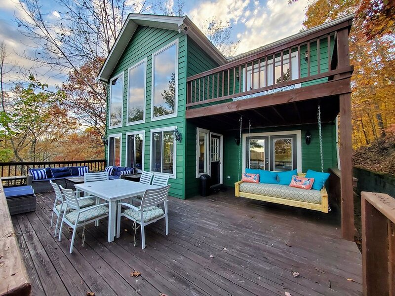 Getaway w/ gorgeous CHL view, Hot Tub, cozy fireplace, wood provided & fun games, holiday rental in Silver Point