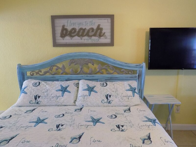 Cozy And Quaint 'Old Florida' Beach Condo, holiday rental in Redington Shores