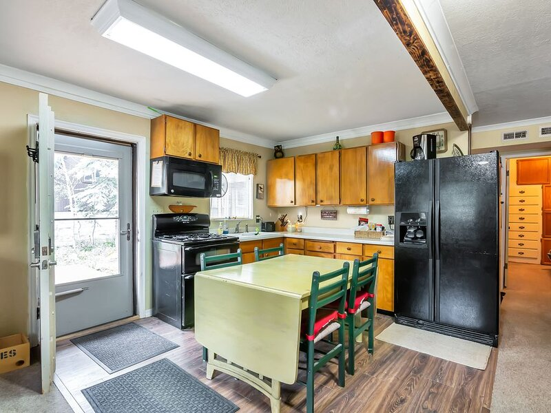 Large family cabin in Midway, nestled in Snake Creek Canyon, convenient location, vacation rental in Midway