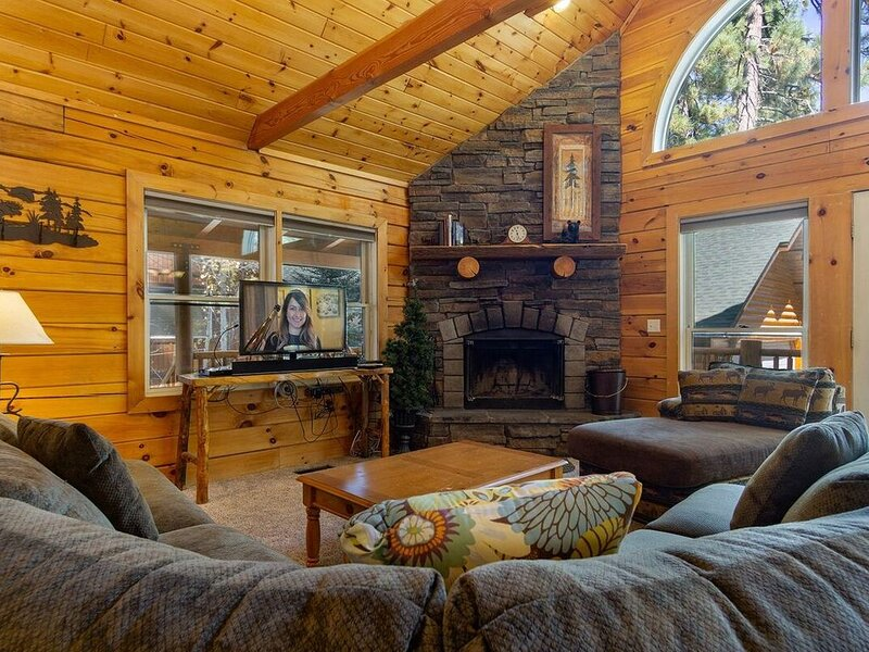 Adorable/Clean Log Home~Outdoor Spa~Pool Table~Amazing Treed Lot/Decks~Laundry~, vacation rental in Moonridge