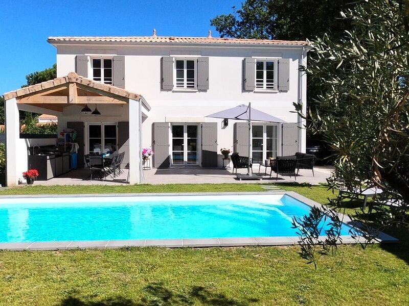 Grande villa neuve grand confort avec piscine chauffée idéale grande famille., holiday rental in Chaillevette